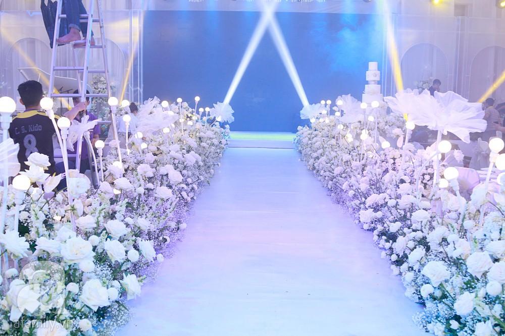 Cận cảnh không gian tiệc cưới xa hoa với thực đơn 5 sao đắt đỏ và hoa tươi tiền tỷ của Dương Khắc Linh - Sara Lưu - Ảnh 19.