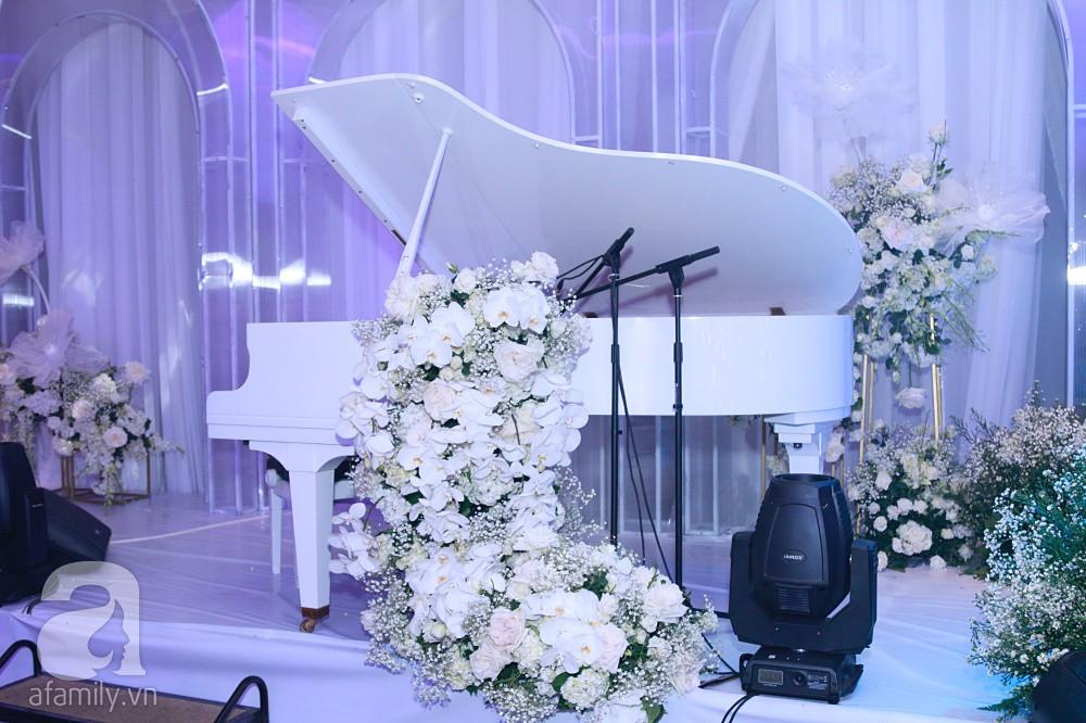 Cận cảnh không gian tiệc cưới xa hoa với thực đơn 5 sao đắt đỏ và hoa tươi tiền tỷ của Dương Khắc Linh - Sara Lưu - Ảnh 21.