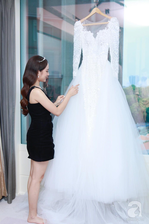 Độc quyền: Sara Lưu âu yếm Dương Khắc Linh trong phòng cưới trước giờ G  - Ảnh 1.