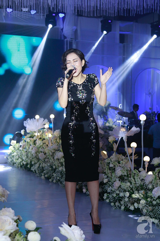 Tiệc cưới chính thức bắt đầu, cô dâu Sara Lưu âu yếm lau nhẹ vết son của mình trên môi chú rể Dương Khắc Linh - Ảnh 1.