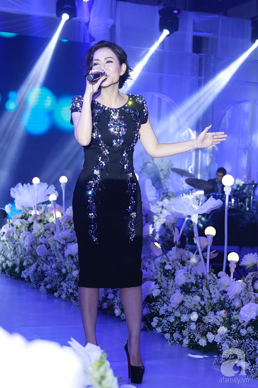 Tiệc cưới chính thức bắt đầu, cô dâu Sara Lưu âu yếm lau nhẹ vết son của mình trên môi chú rể Dương Khắc Linh - Ảnh 2.