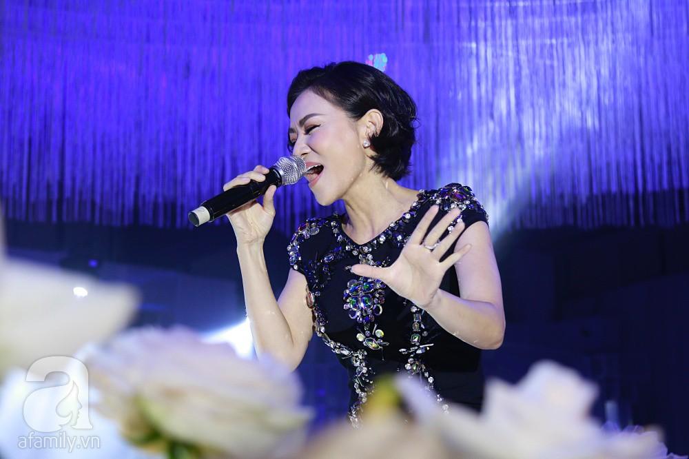Tiệc cưới chính thức bắt đầu, cô dâu Sara Lưu âu yếm lau nhẹ vết son của mình trên môi chú rể Dương Khắc Linh - Ảnh 3.