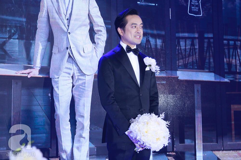 Tiệc cưới chính thức bắt đầu, cô dâu Sara Lưu âu yếm lau nhẹ vết son của mình trên môi chú rể Dương Khắc Linh - Ảnh 4.