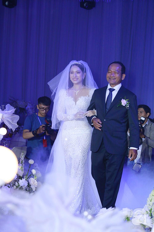 Tiệc cưới chính thức bắt đầu, cô dâu Sara Lưu âu yếm lau nhẹ vết son của mình trên môi chú rể Dương Khắc Linh - Ảnh 5.