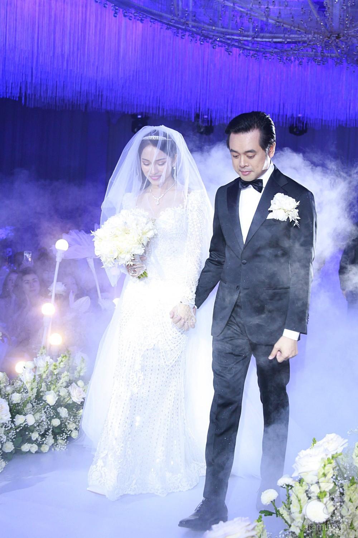 Tiệc cưới chính thức bắt đầu, cô dâu Sara Lưu âu yếm lau nhẹ vết son của mình trên môi chú rể Dương Khắc Linh - Ảnh 6.