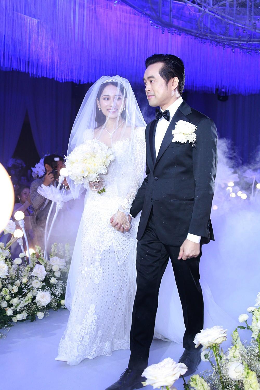 Tiệc cưới chính thức bắt đầu, cô dâu Sara Lưu âu yếm lau nhẹ vết son của mình trên môi chú rể Dương Khắc Linh - Ảnh 7.