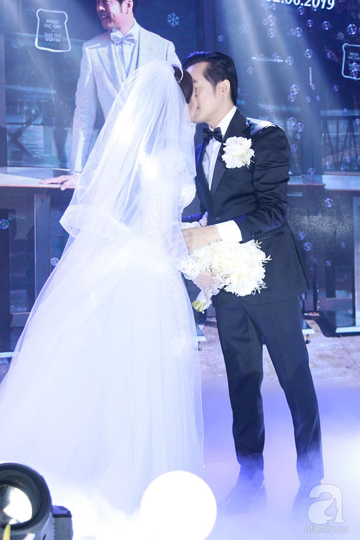 Tiệc cưới chính thức bắt đầu, cô dâu Sara Lưu âu yếm lau nhẹ vết son của mình trên môi chú rể Dương Khắc Linh - Ảnh 9.