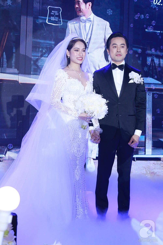 Tiệc cưới chính thức bắt đầu, cô dâu Sara Lưu âu yếm lau nhẹ vết son của mình trên môi chú rể Dương Khắc Linh - Ảnh 10.