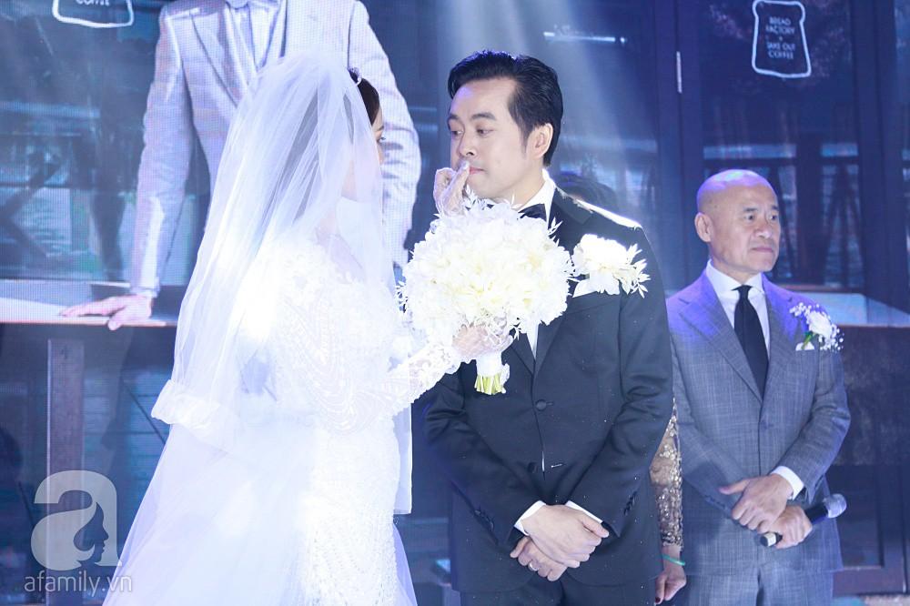 Tiệc cưới chính thức bắt đầu, cô dâu Sara Lưu âu yếm lau nhẹ vết son của mình trên môi chú rể Dương Khắc Linh - Ảnh 11.