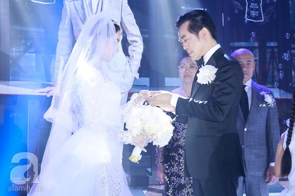 Tiệc cưới chính thức bắt đầu, cô dâu Sara Lưu âu yếm lau nhẹ vết son của mình trên môi chú rể Dương Khắc Linh - Ảnh 12.