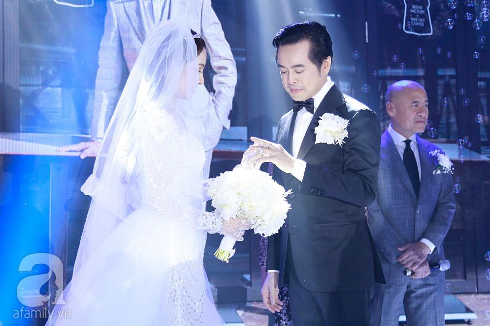 Tiệc cưới chính thức bắt đầu, cô dâu Sara Lưu âu yếm lau nhẹ vết son của mình trên môi chú rể Dương Khắc Linh - Ảnh 13.