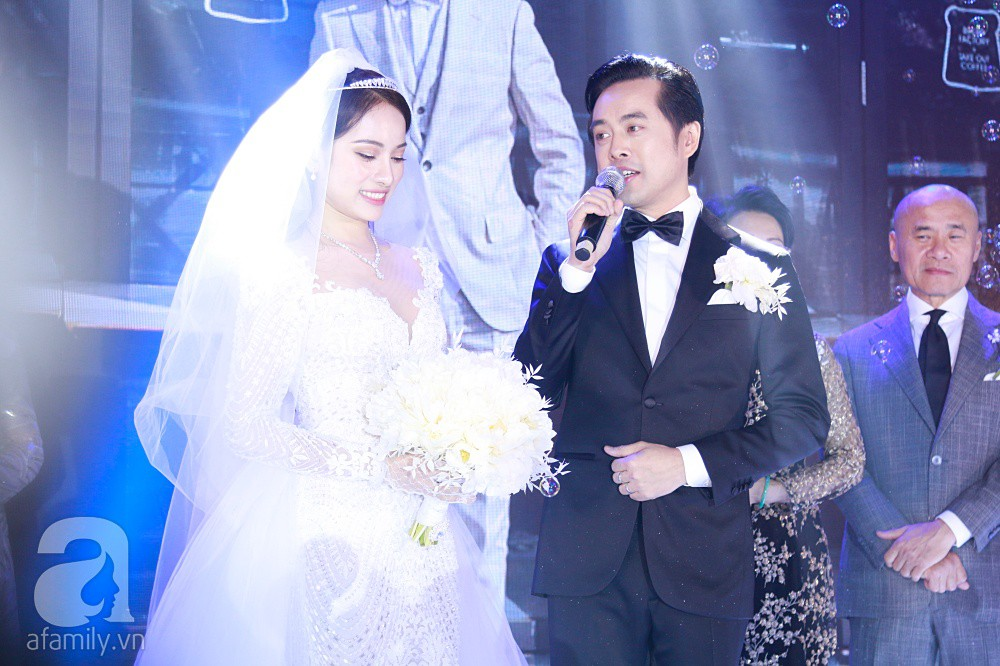 Tiệc cưới chính thức bắt đầu, cô dâu Sara Lưu âu yếm lau nhẹ vết son của mình trên môi chú rể Dương Khắc Linh - Ảnh 14.