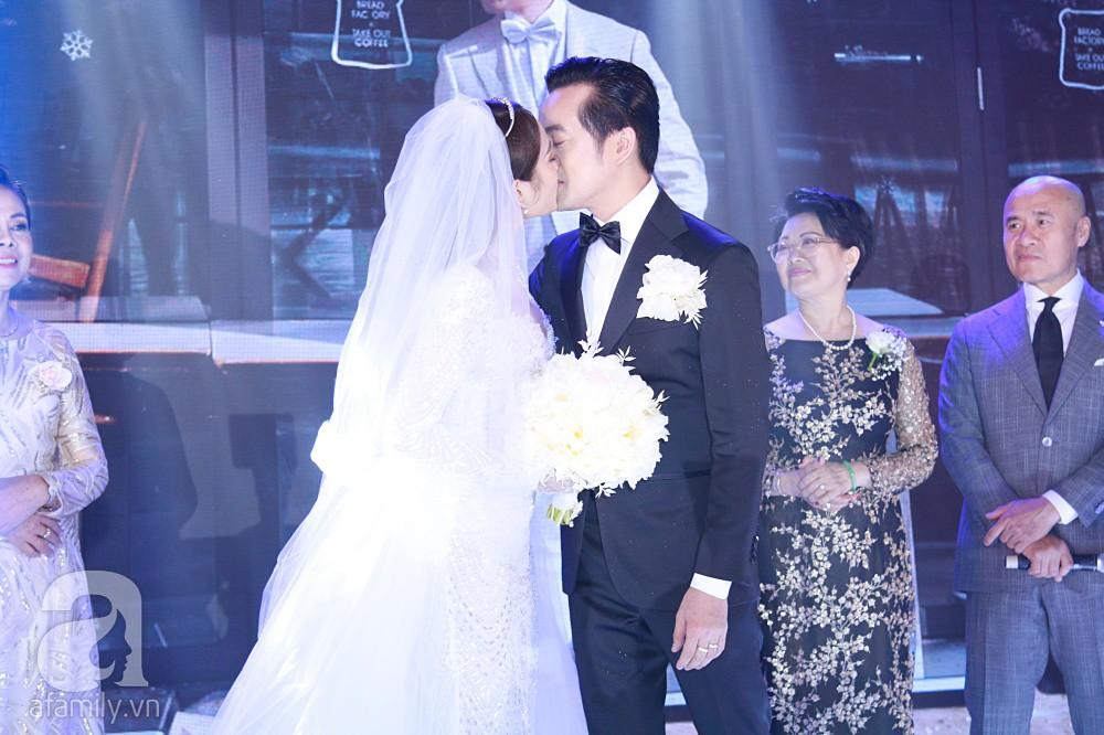 Tiệc cưới chính thức bắt đầu, cô dâu Sara Lưu âu yếm lau nhẹ vết son của mình trên môi chú rể Dương Khắc Linh - Ảnh 15.