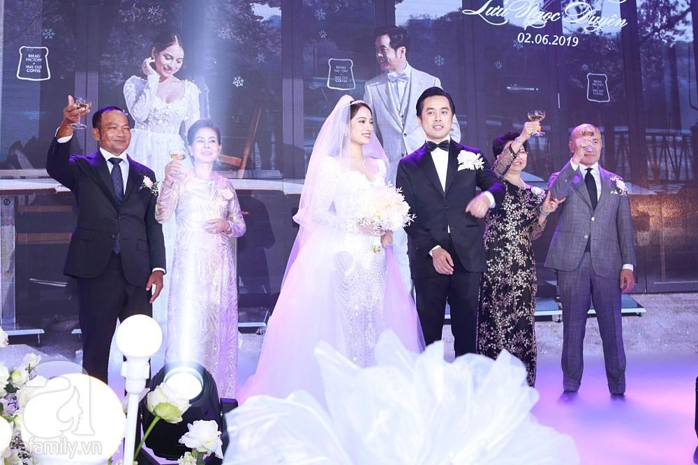 Tiệc cưới chính thức bắt đầu, cô dâu Sara Lưu âu yếm lau nhẹ vết son của mình trên môi chú rể Dương Khắc Linh - Ảnh 16.