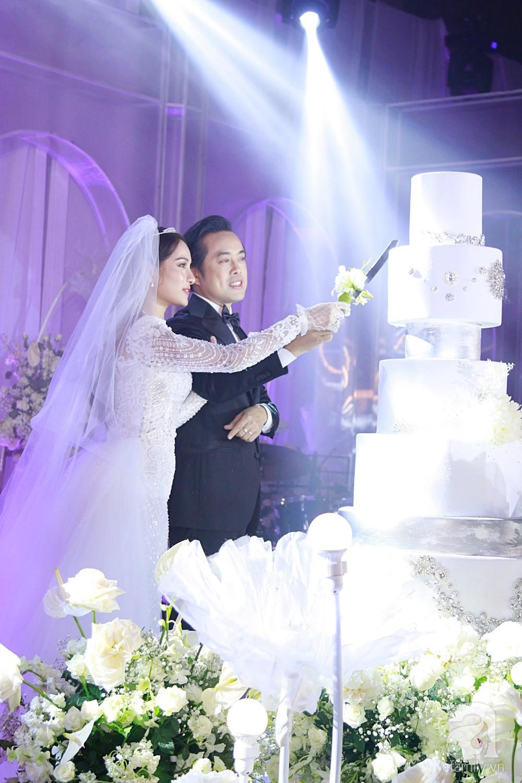 Tiệc cưới chính thức bắt đầu, cô dâu Sara Lưu âu yếm lau nhẹ vết son của mình trên môi chú rể Dương Khắc Linh - Ảnh 17.