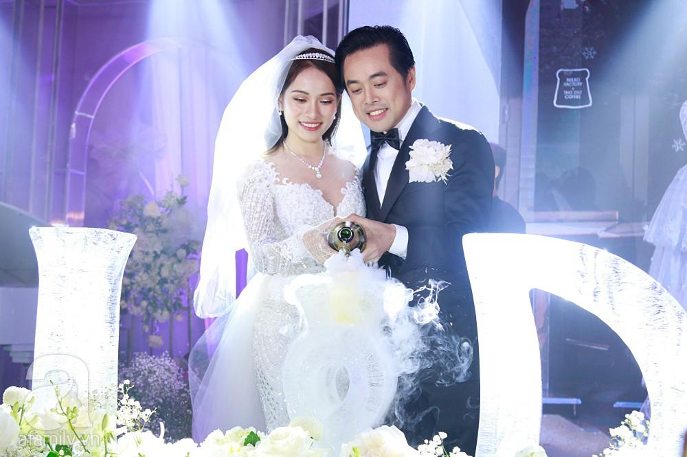Tiệc cưới chính thức bắt đầu, cô dâu Sara Lưu âu yếm lau nhẹ vết son của mình trên môi chú rể Dương Khắc Linh - Ảnh 18.