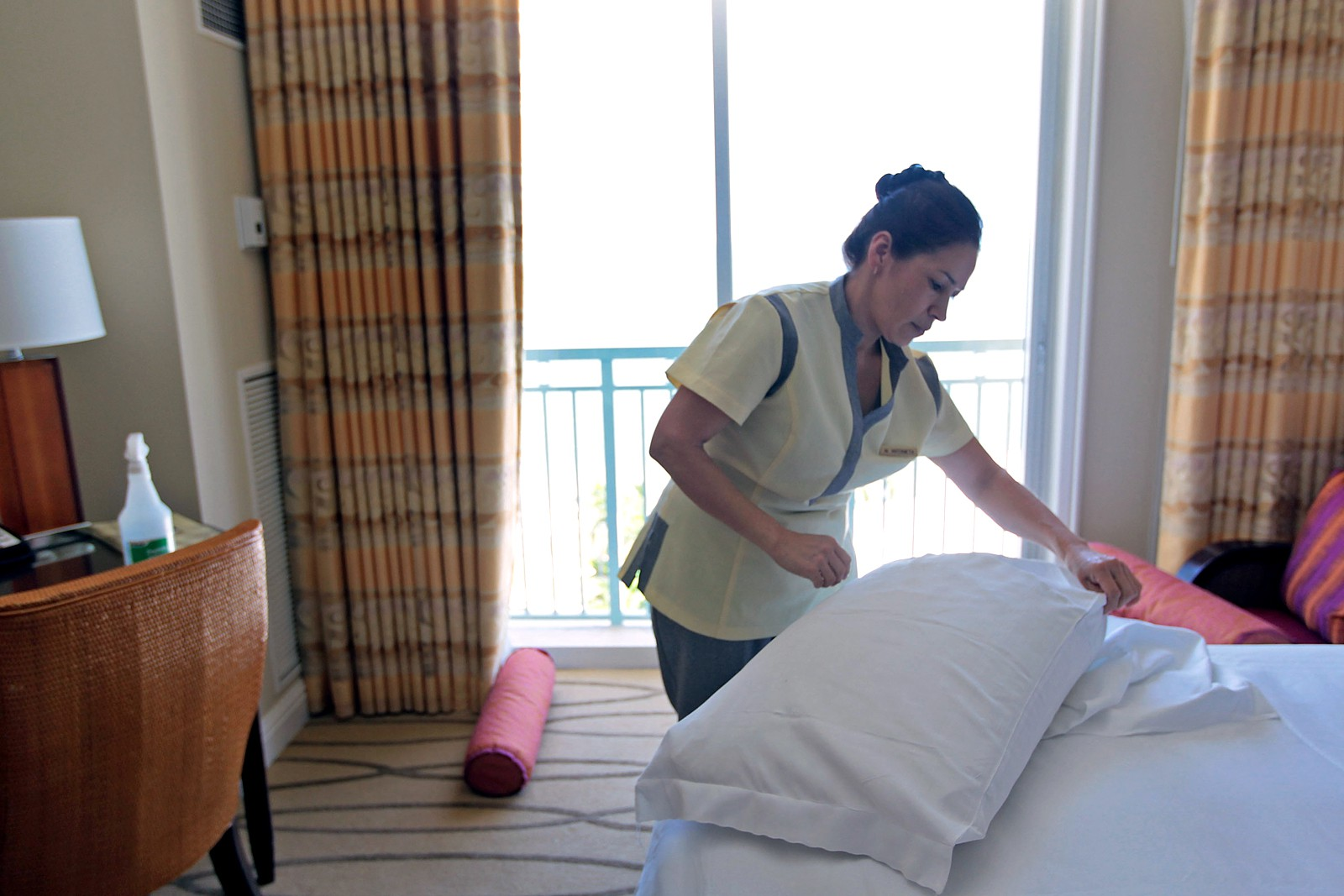150224130621-tipping-hotel-housekeeping