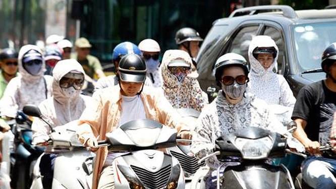 Nắng nóng gay gắt thiêu đốt Bắc và Trung Bộ, có nơi trên 41 độ C - Ảnh 1.