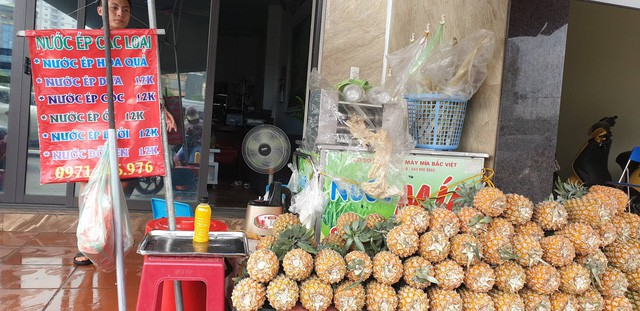Gian hàng trái cây ép nguyên chất của anh Đại bên ven đường Láng (Đống Đa, Hà Nội)