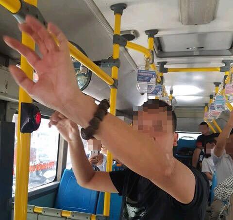 Tạm giữ người đàn ông ngang nhiên tự sướng cạnh nữ sinh cấp 2 trên xe buýt gây phẫn nộ - Ảnh 1.