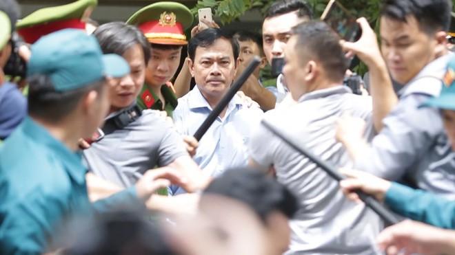 Cục phó C45: Vì vụ sàm sỡ bé gái 8 tuổi mà con ông Linh đang đi học phải tạm nghỉ ở nhà - Ảnh 1.