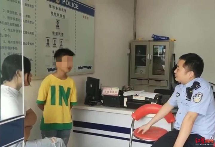 """Bé trai 11 tuổi mếu máo đến đồn cảnh sát xin dọn khỏi nhà, đứa trẻ đưa ra lý do trúng """"tim đen"""" hầu hết bố mẹ - Ảnh 1."""
