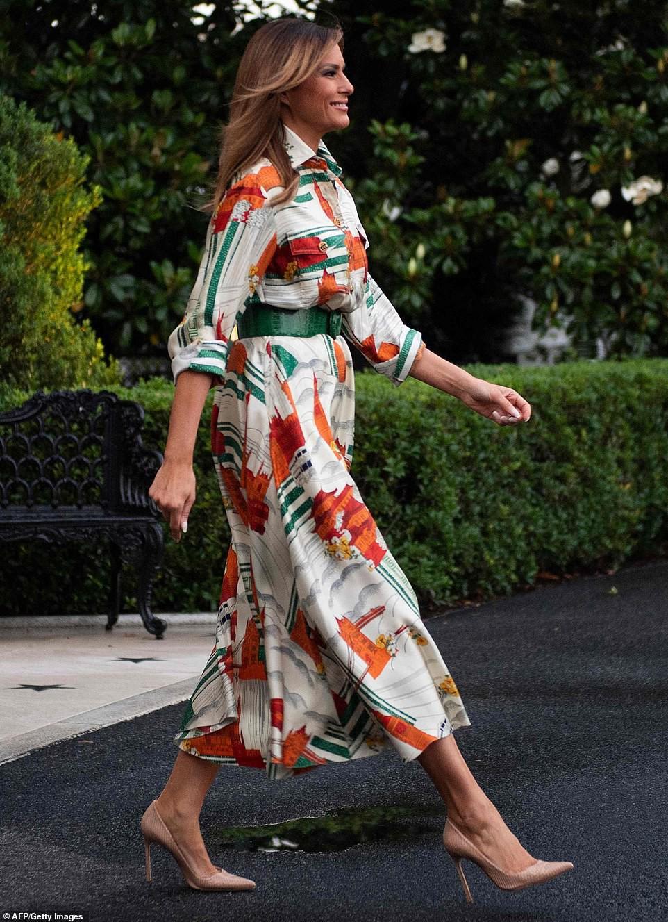 Bên cạnh yếu tố đồ hiệu, 2 set trang phục bà Melania Trump chọn khi sang thăm nước Anh còn thể hiện tài ngoại giao cực tinh tế - Ảnh 1.