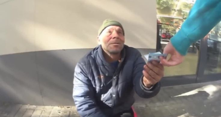 Phết kem đánh răng lên bánh Oreo rồi cho người vô gia cư, Youtuber với 1,2 triệu người theo dõi phải nhận về cái kết đắng - Ảnh 2.
