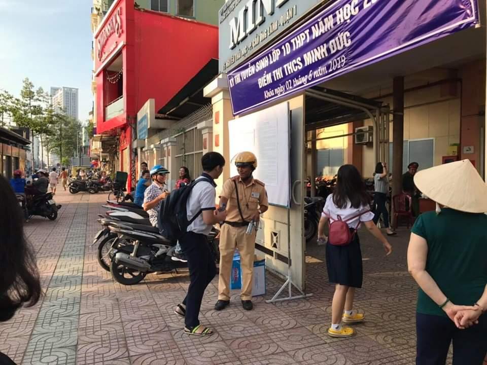Clip đẹp: Hai chiến sỹ CSGT đứng trước cổng trường phát nước miễn phí cho thí sinh và phụ huynh ở Sài Gòn - Ảnh 2.