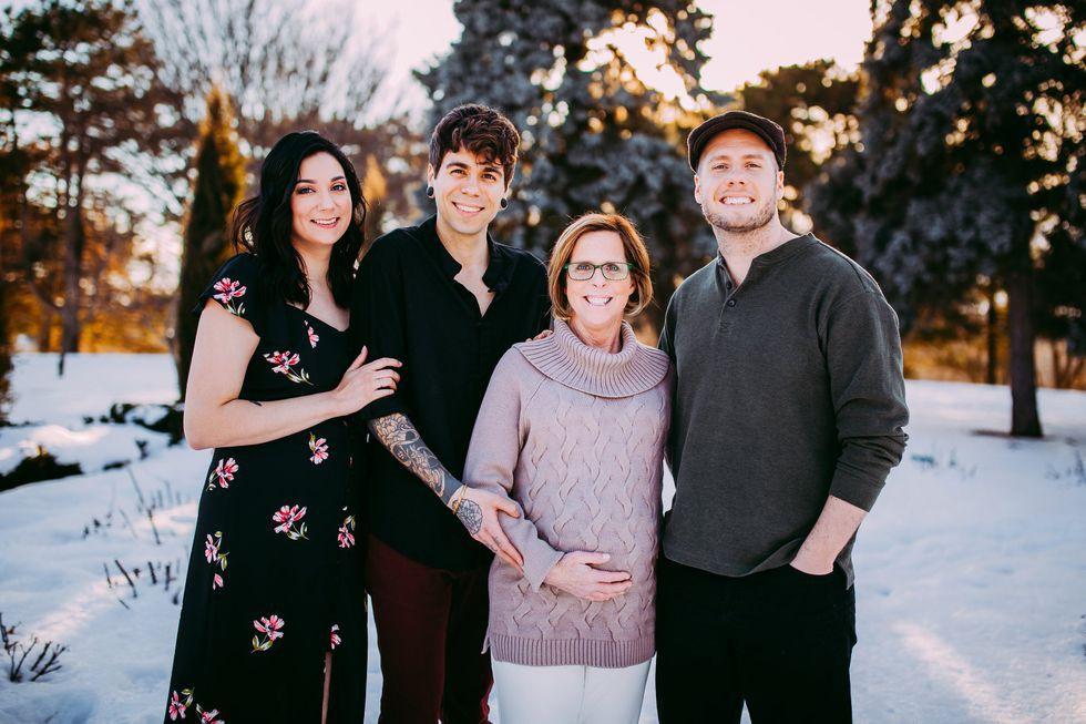 Bà nội 61 tuổi hạ sinh thành công... chính cháu gái của mình sau khi mang thai hộ con trai đồng tính - Ảnh 1.