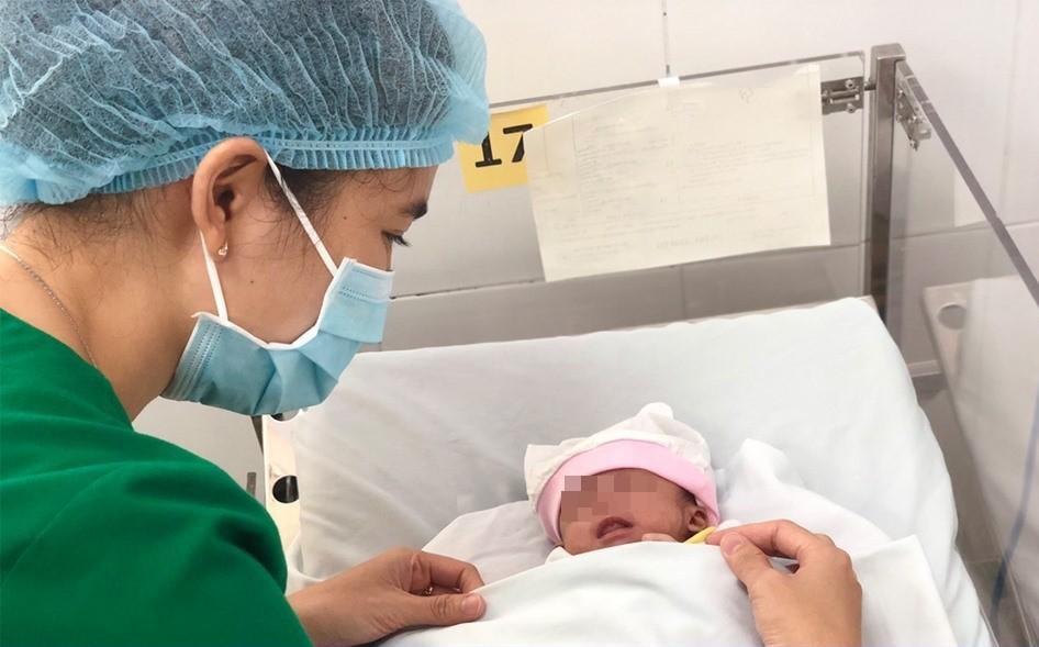 Người mẹ 20 tuổi bỏ con lại bệnh viện quận Thủ Đức sau khi sinh bé gái bị suy hô hấp - Ảnh 3.