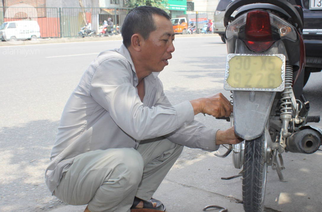 Hà Nội: Người lao động oằn mình mưu sinh dưới cái nắng gần 40 độ C giữa trưa hè - Ảnh 9.