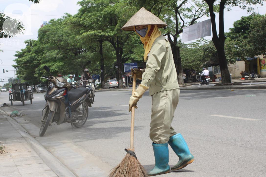 Hà Nội: Người lao động oằn mình mưu sinh dưới cái nắng gần 40 độ C giữa trưa hè - Ảnh 10.