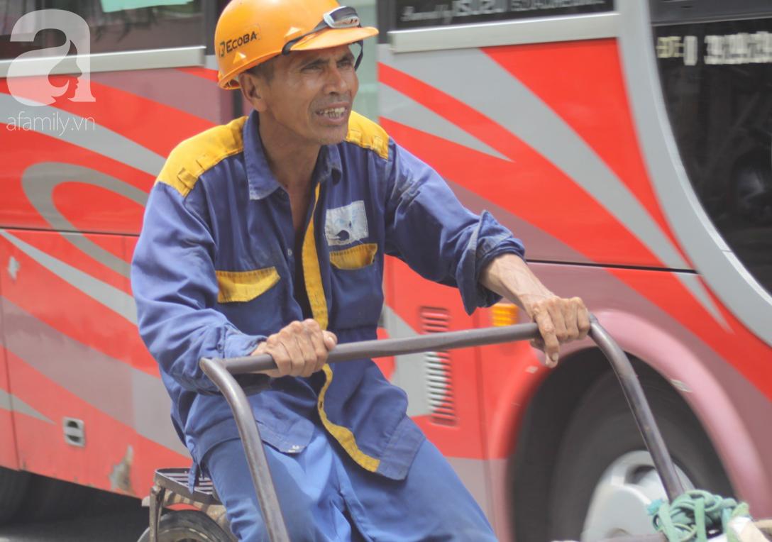 Hà Nội: Người lao động oằn mình mưu sinh dưới cái nắng gần 40 độ C giữa trưa hè - Ảnh 3.