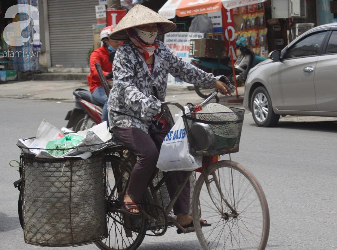 Hà Nội: Người lao động oằn mình mưu sinh dưới cái nắng gần 40 độ C giữa trưa hè - Ảnh 4.