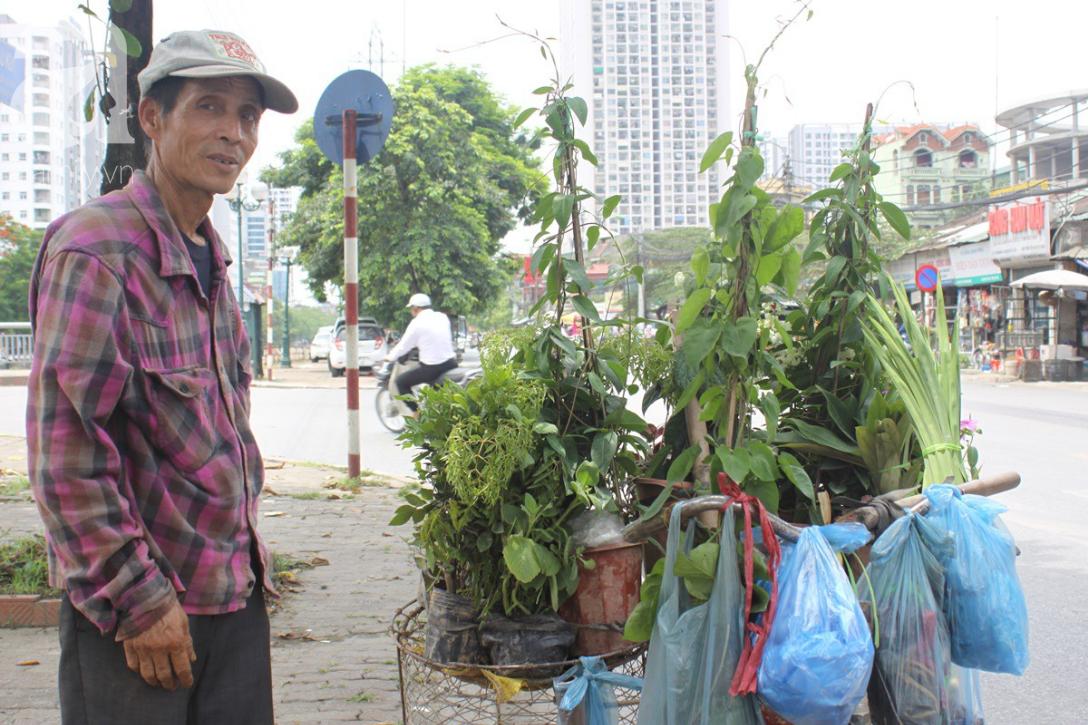 Hà Nội: Người lao động oằn mình mưu sinh dưới cái nắng gần 40 độ C giữa trưa hè - Ảnh 5.