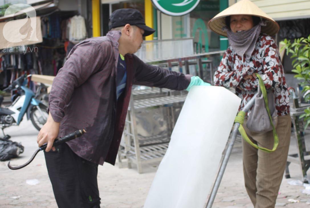 Hà Nội: Người lao động oằn mình mưu sinh dưới cái nắng gần 40 độ C giữa trưa hè - Ảnh 6.
