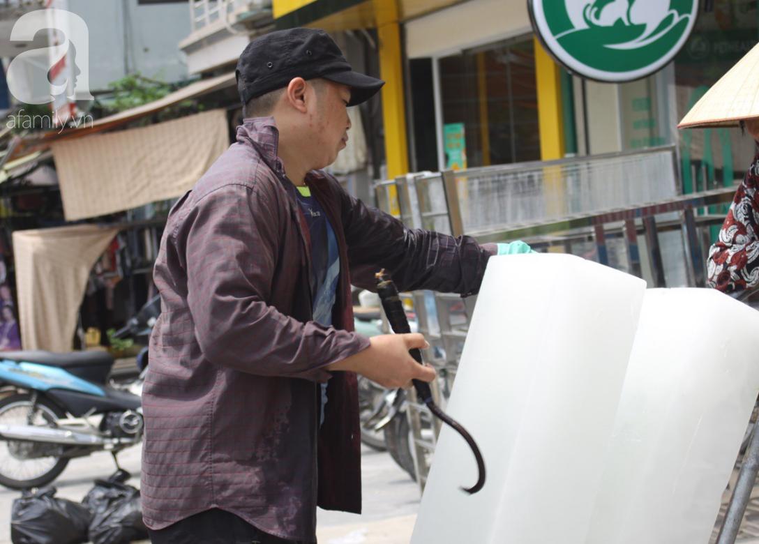 Hà Nội: Người lao động oằn mình mưu sinh dưới cái nắng gần 40 độ C giữa trưa hè - Ảnh 2.