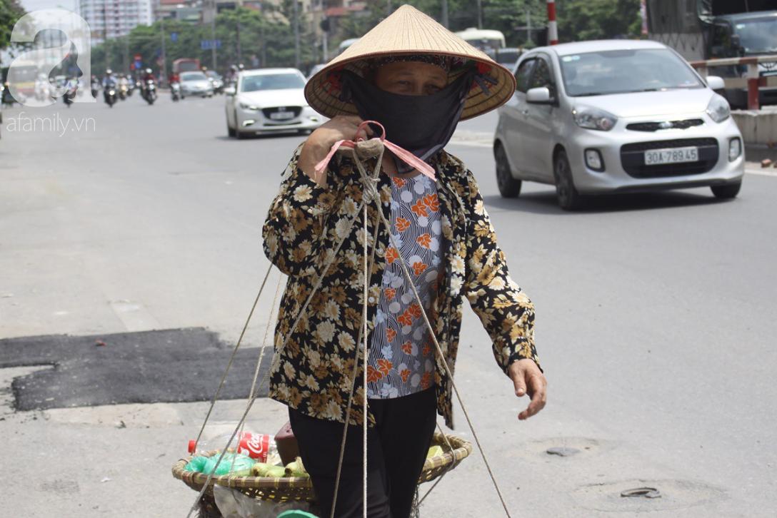Hà Nội: Người lao động oằn mình mưu sinh dưới cái nắng gần 40 độ C giữa trưa hè - Ảnh 7.