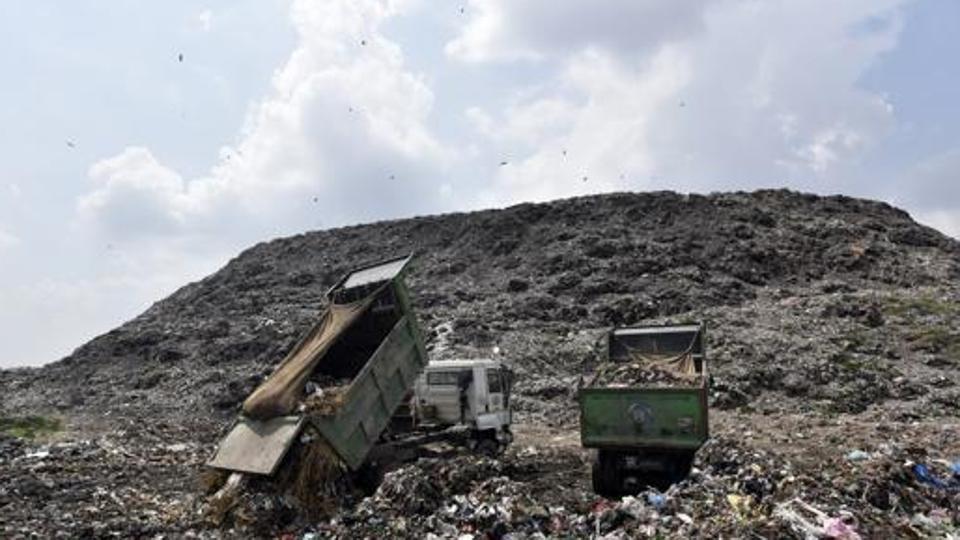 Phát hoảng trước những bãi rác chất cao như núi ở khắp nơi trên thế giới, có bãi rác cao hơn 65 mét, rộng hơn 40 sân bóng đá - Ảnh 1.