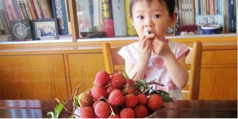 Những lưu ý an toàn khi cho trẻ ăn vải cha mẹ nào cũng cần nhớ - Ảnh 2.