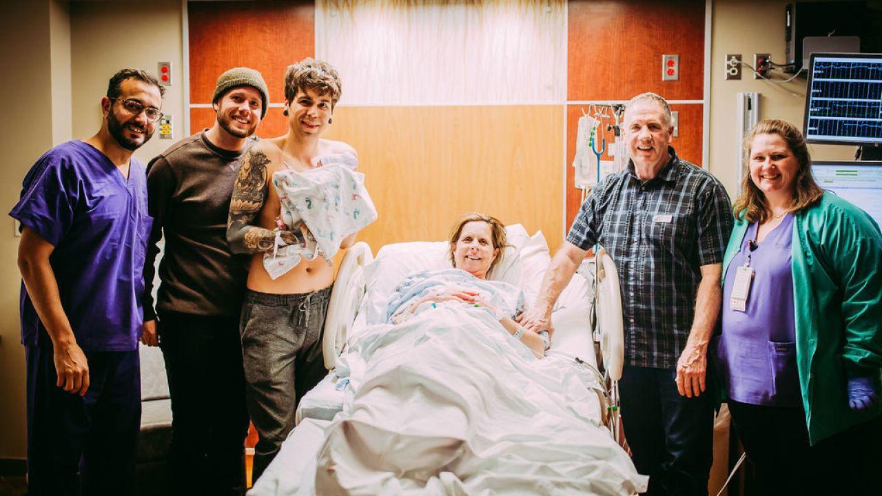 Bà nội 61 tuổi hạ sinh thành công... chính cháu gái của mình sau khi mang thai hộ con trai đồng tính - Ảnh 6.