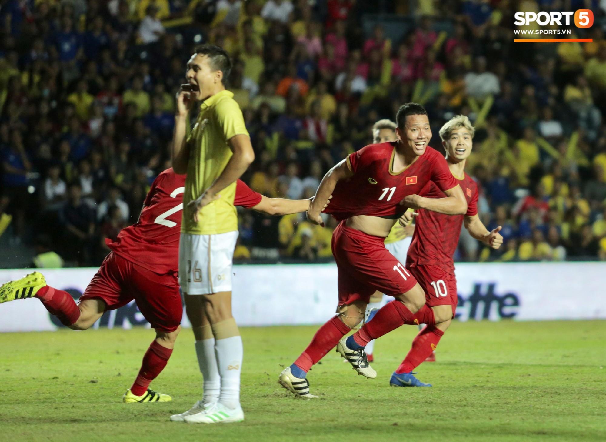 Anh Đức gục ngã đau đớn sau pha ghi bàn vào lưới Thái Lan, nhưng vẫn kịp nở nụ cười mãn nguyện khiến fan tan chảy - Ảnh 1.