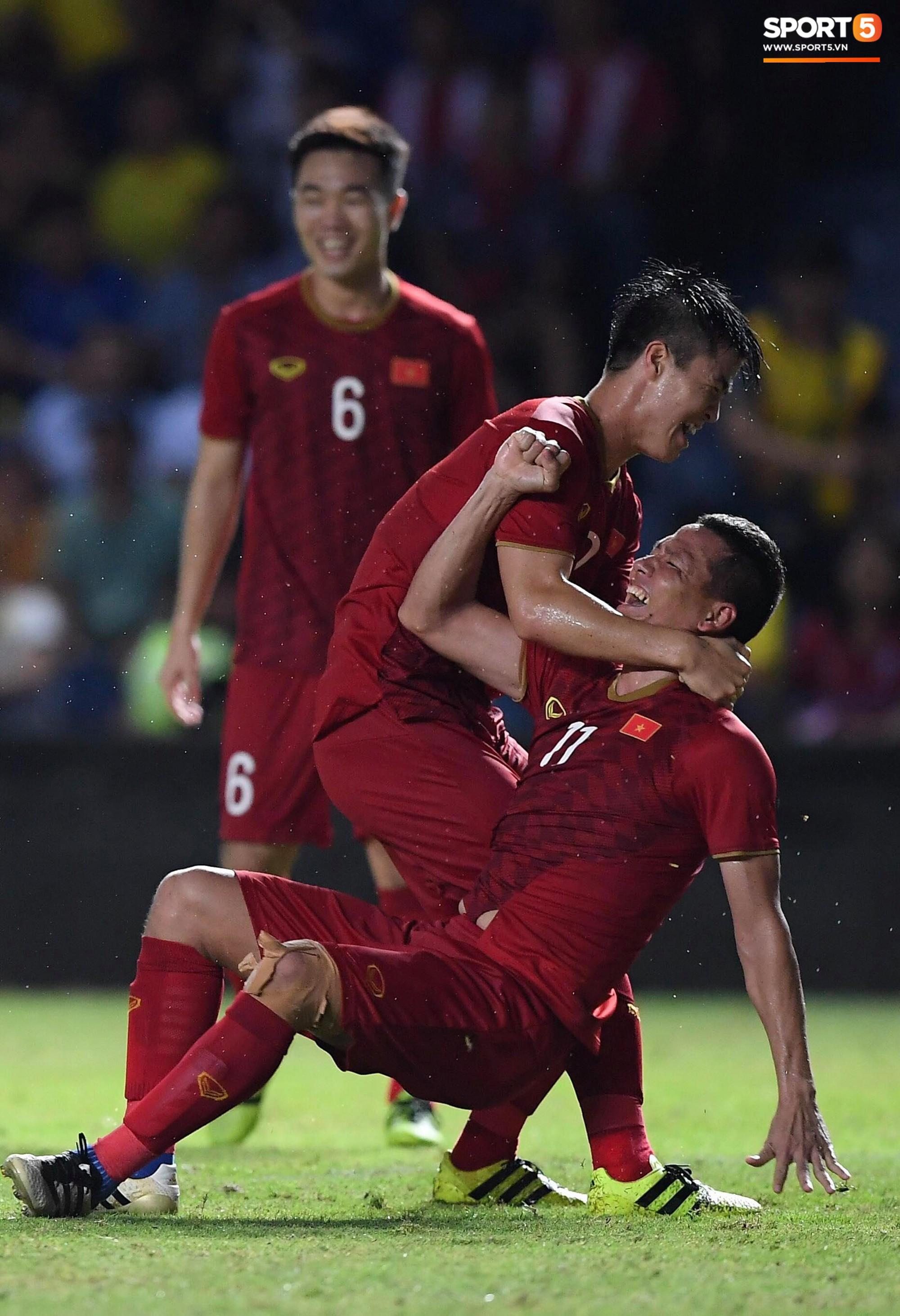 Anh Đức gục ngã đau đớn sau pha ghi bàn vào lưới Thái Lan, nhưng vẫn kịp nở nụ cười mãn nguyện khiến fan tan chảy - Ảnh 2.