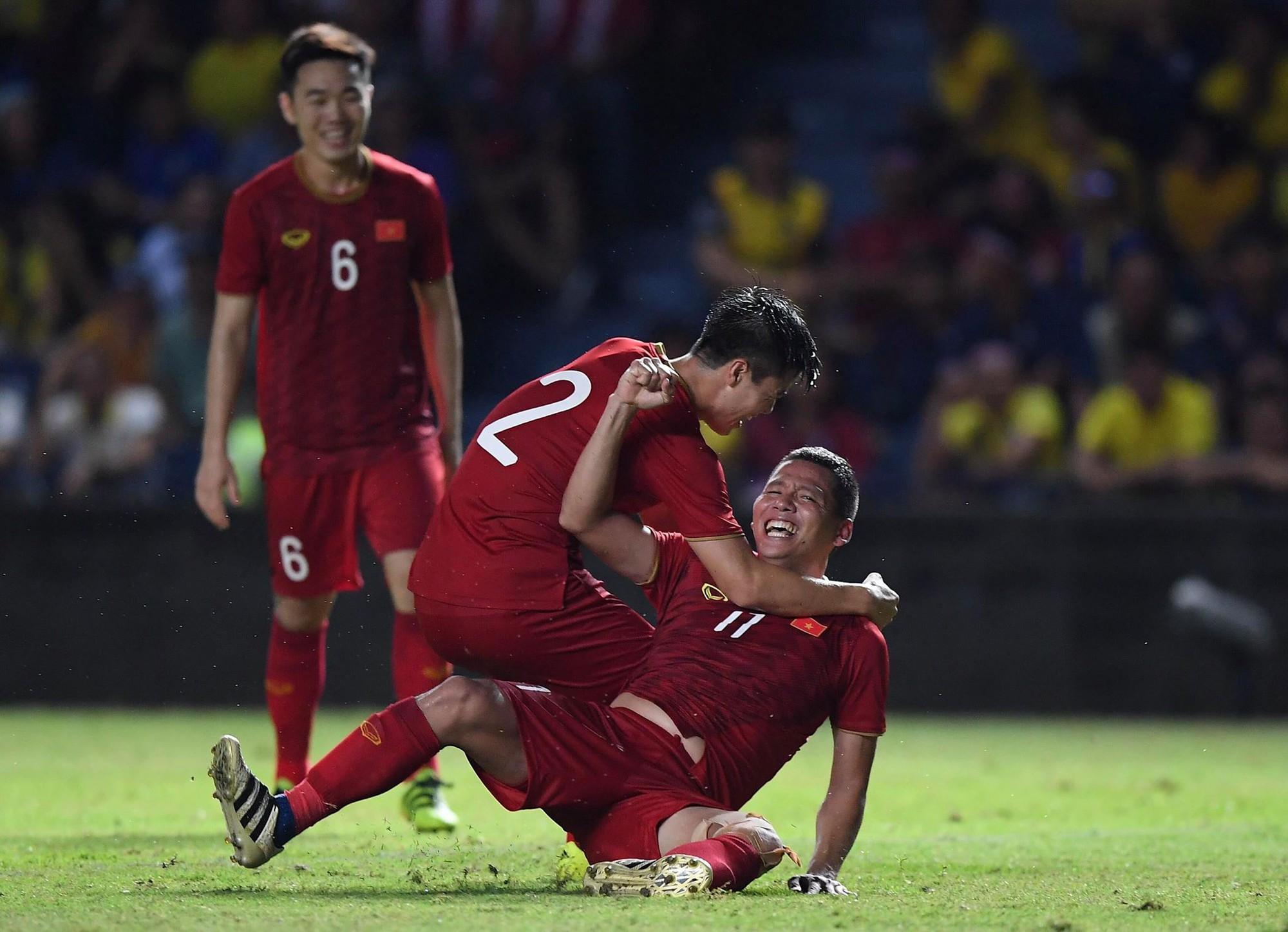 Anh Đức gục ngã đau đớn sau pha ghi bàn vào lưới Thái Lan, nhưng vẫn kịp nở nụ cười mãn nguyện khiến fan tan chảy - Ảnh 3.
