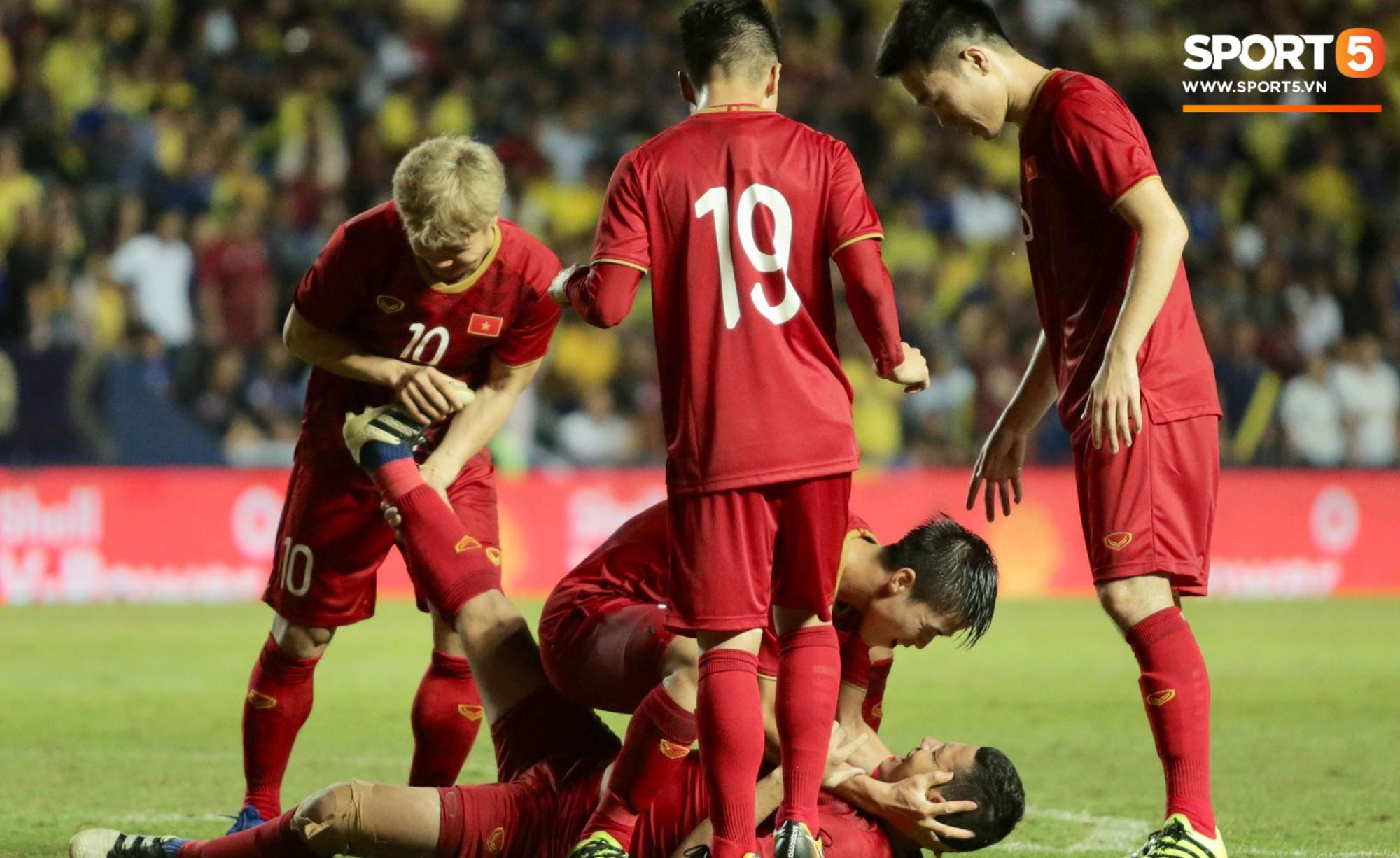 Anh Đức gục ngã đau đớn sau pha ghi bàn vào lưới Thái Lan, nhưng vẫn kịp nở nụ cười mãn nguyện khiến fan tan chảy - Ảnh 4.