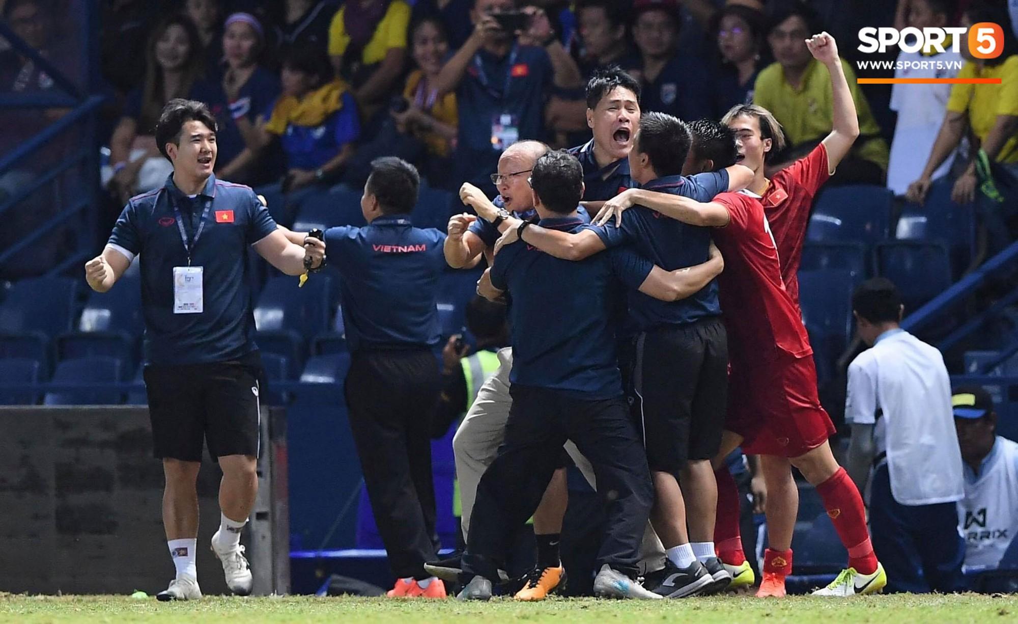 Anh Đức gục ngã đau đớn sau pha ghi bàn vào lưới Thái Lan, nhưng vẫn kịp nở nụ cười mãn nguyện khiến fan tan chảy - Ảnh 5.