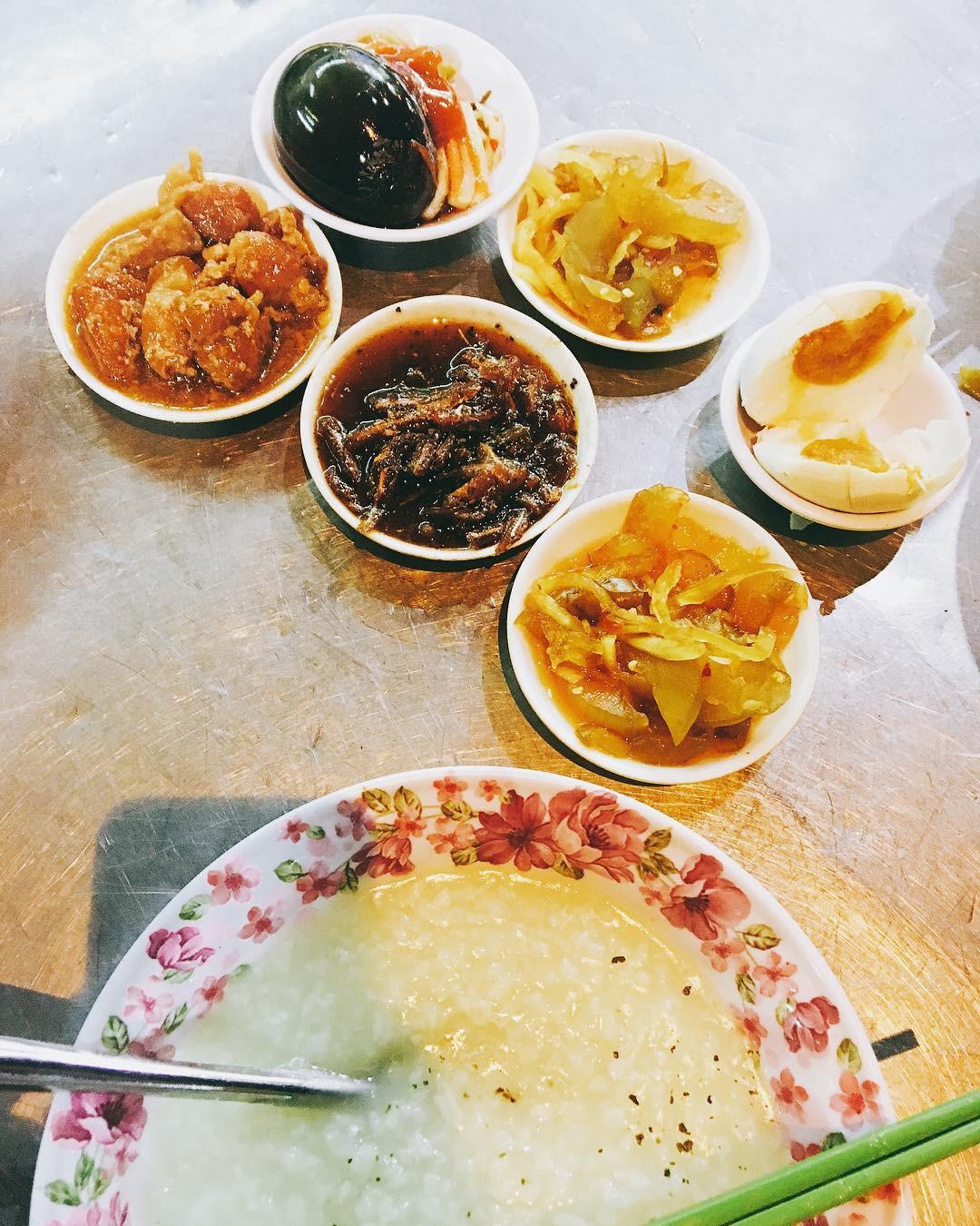 Cháo trắng lá dứa, món ăn thanh đạm đêm khuya của người Sài Gòn - Ảnh 2.
