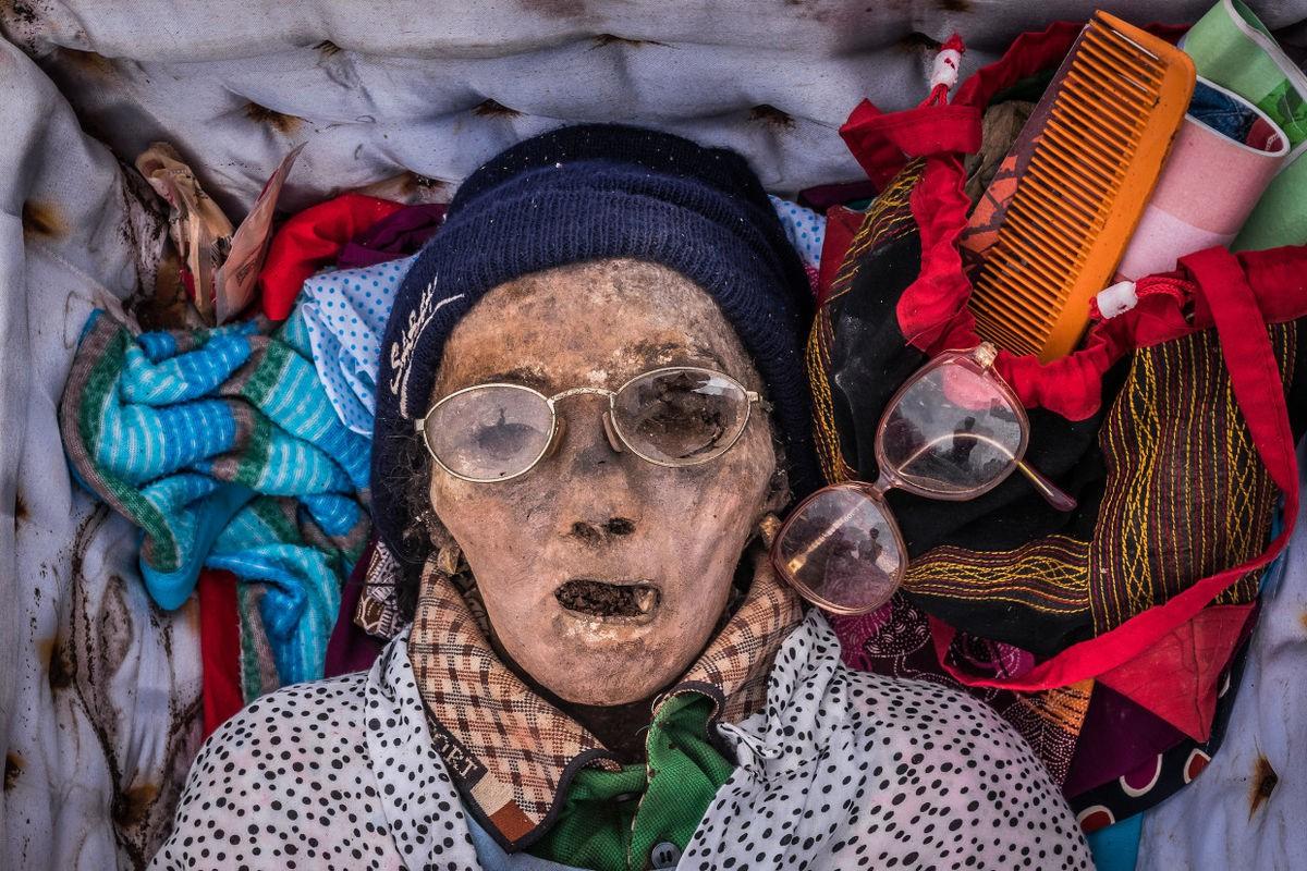 Bộ lạc văn minh nhưng có tập tục mai táng rùng rợn nhất thế giới: Sống chung với xác chết đến khi nào con cháu đủ tiền tỷ làm đám ma thì chôn - Ảnh 5.