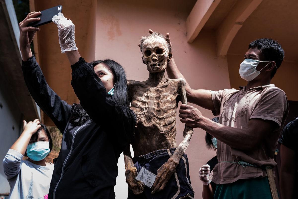 Bộ lạc văn minh nhưng có tập tục mai táng rùng rợn nhất thế giới: Sống chung với xác chết đến khi nào con cháu đủ tiền tỷ làm đám ma thì chôn - Ảnh 10.